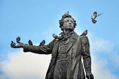 monument-to-poet-pushkin-pigeons-st-petersburg-37019242