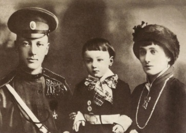 Anna-Akhmatova-with-her-husband-Nikolay-Gumilev-and-son-Lev-Gumilev-1913